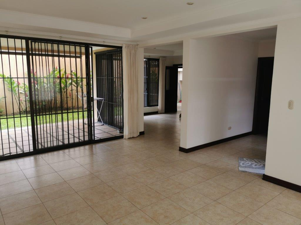 Linda y amplia casa en Trejos Montealegre Escazu