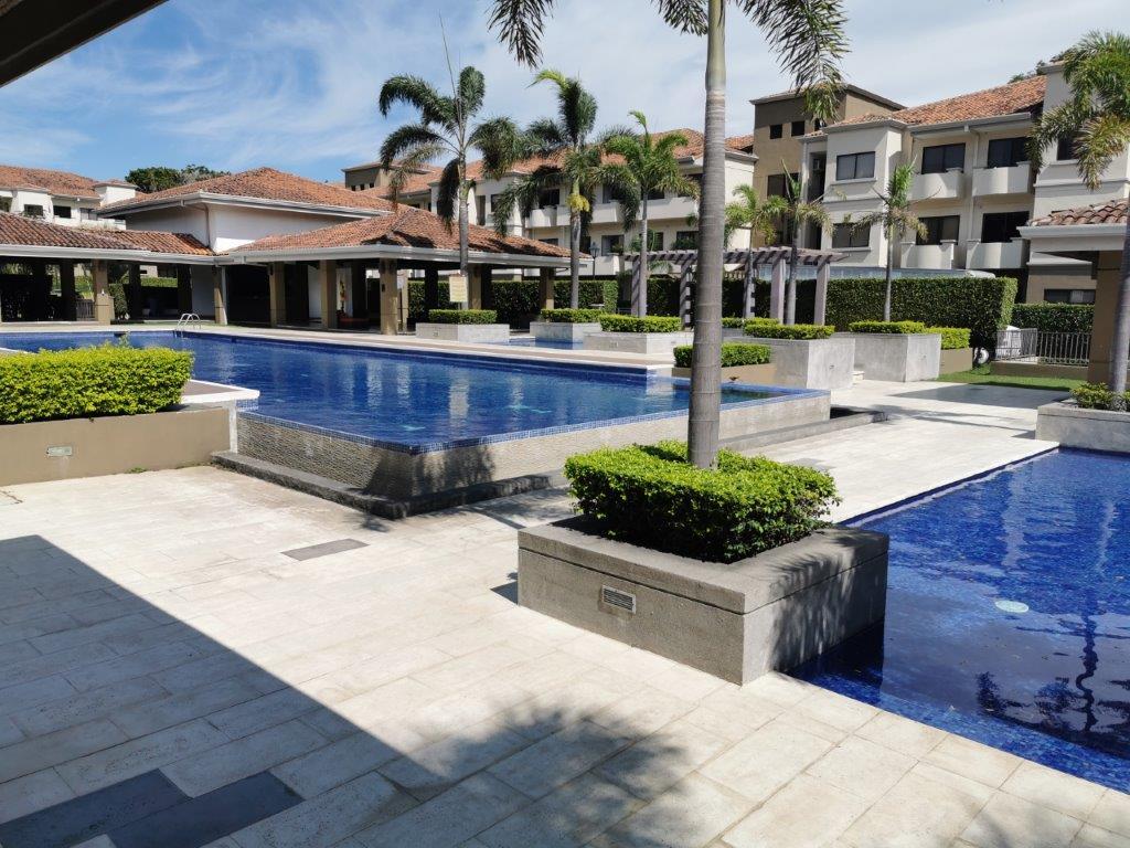 Alquiler apartamento esquinero y amplio, Condominio Montesol, Santa Ana