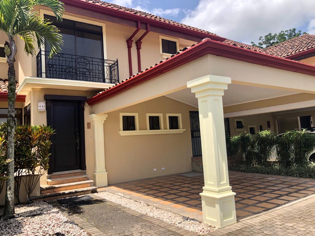 Alquiler Casa amplia en condominio San Rafael de Escazú
