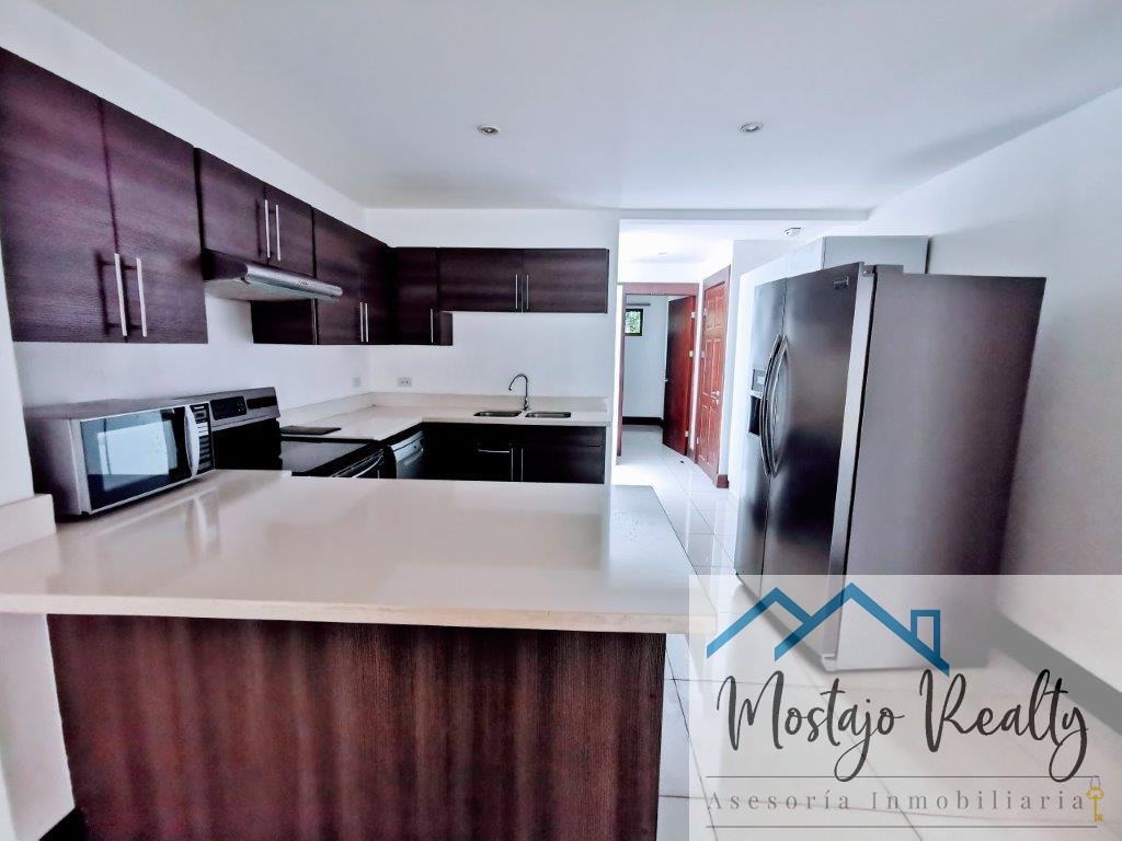 Alquiler de Casa en Condominio exclusivo, Santa Ana, Línea blanca, full amenidades!!