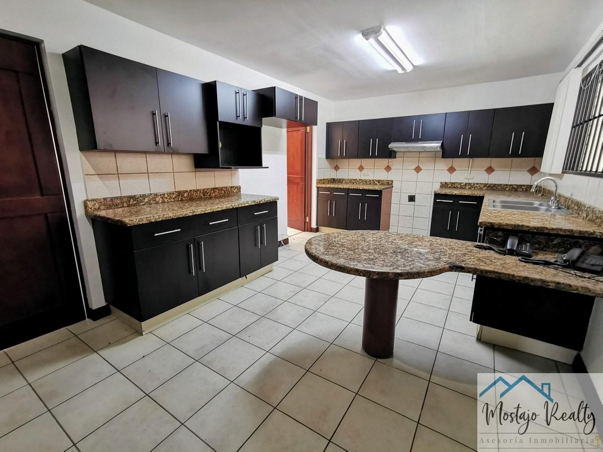 Alquiler casa esquinera en Condominio, Trejos Montealegre Escazu